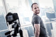 Glücklicher männlicher Blogger, der Blog beginnt Stockfoto