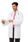 Glücklicher männlicher Doktor Using Digital Tablet Stockbilder