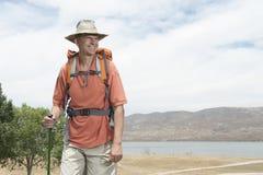 Glücklicher männlicher Wanderer, der weg schaut lizenzfreie stockfotografie