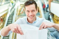 Glücklicher Mann als Kunde und Verbraucher lizenzfreie stockfotografie