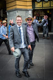 Glücklicher Mann außerhalb der Flinders-Straßen-Station nach Melbourne Cup Lizenzfreie Stockbilder