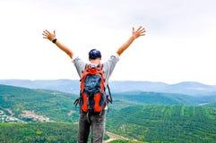 Glücklicher Mann auf dem Berg stockbilder