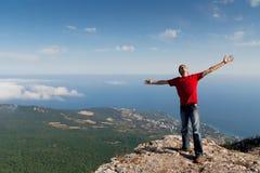 Glücklicher Mann auf dem Berg stockfotografie