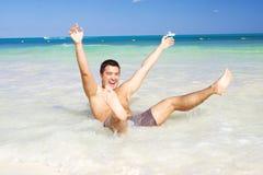 Glücklicher Mann auf dem Strand Lizenzfreies Stockfoto