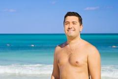 Glücklicher Mann auf dem Strand Stockbild