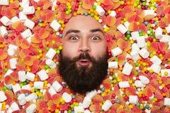 Glücklicher Mann in den Bonbons Stockfotos