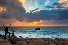 Glücklicher Mann, der überraschenden Sonnenaufgang feiert lizenzfreie stockfotos