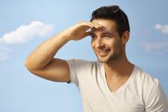 Glücklicher Mann, der Abstand auf Sommerzeit betrachtet Stockfotografie