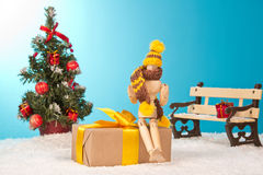 Glücklicher Mann, der auf dem Geschenk sitzt Stockfotos