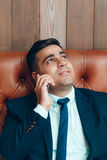 Glücklicher Mann, der auf dem Smartphone, Kopienraum spricht Lizenzfreie Stockbilder