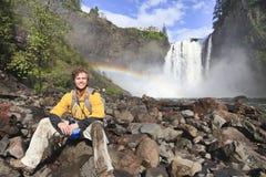 Glücklicher Mann, der auf Felsen stillsteht Snoqualmie-Wasserfall, WA Stockfoto