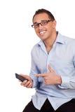 Glücklicher Mann, der auf seinen Handy zeigt Stockbilder