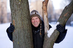 Glücklicher Mann, der den Baum umarmt Stockbild