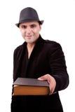 Glücklicher Mann, der ein Buch anbietend steht Lizenzfreie Stockbilder