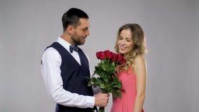 Glücklicher Mann, der der Frau Blumen gibt stock video