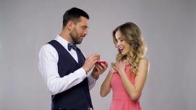 Glücklicher Mann, der der Frau Verlobungsring gibt stock video