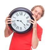 Glücklicher Mann, der große Uhr auf Weiß hält Lizenzfreies Stockbild