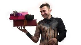 Glücklicher Mann in der Kunst des schwarzen Körpers lächelt und hält Geschenke für Frauen und Mädchen, Zeitlupe stock footage