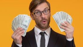 Glücklicher Mann, der mit großer Summe des Bargeldes, der Lotterie oder des Kasinos gewinnen, Nahaufnahme prahlt stock video footage