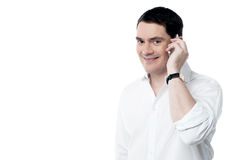 Glücklicher Mann, der an seinem Handy spricht Stockbilder