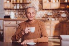 Glücklicher Mann, der Tee eine Entspannung trinkt stockfoto