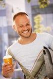 Glücklicher Mann draußen Stockfoto
