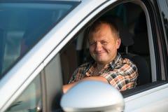 Glücklicher Mann in einem Auto lizenzfreies stockfoto