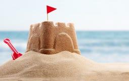 Glücklicher Mann genießt an den Feiertagen in dem Meer Stockfotos