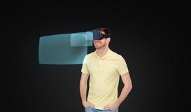 Glücklicher Mann im Kopfhörer der virtuellen Realität oder in den Gläsern 3d Lizenzfreie Stockbilder