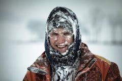 Glücklicher Mann im Schnee Stockfotos