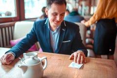 Glücklicher Mann las Liebesanmerkung mit einer Telefonnummer Stockfoto