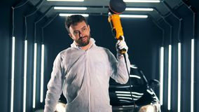 Glücklicher Mann mit einem buffwheel in einer Garage stock video
