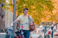 Glücklicher Mann mit einem Stadtplan und Rucksack in Europa Stockbild