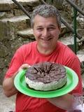 Glücklicher Mann mit Geburtstagkuchen Lizenzfreie Stockfotos