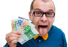 Glücklicher Mann mit Handvoll Geld Stockfoto