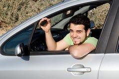 Glücklicher Mann mit neuer Autotaste Stockfotos
