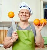 Glücklicher Mann mit Orangen Lizenzfreies Stockfoto