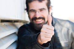 Glücklicher Mann mit seinem Daumen oben lizenzfreies stockfoto