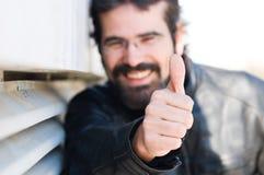 Glücklicher Mann mit seinem Daumen oben lizenzfreie stockbilder