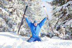 Glücklicher Mann mit Ski Stockfoto