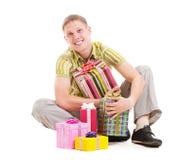 Glücklicher Mann mit vielen Geschenkkästen Lizenzfreie Stockbilder