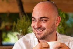 Glücklicher Mann-plaudernder und trinkender Kaffee Stockfotografie