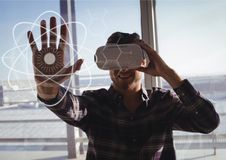 Glücklicher Mann in rührenden Schnittstellen VR-Kopfhörers Lizenzfreies Stockbild