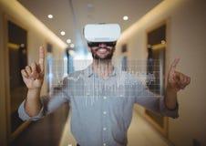 Glücklicher Mann in rührender Schnittstelle VR-Kopfhörers Lizenzfreies Stockfoto