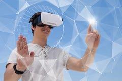 Glücklicher Mann in rührender Schnittstelle VR-Kopfhörers gegen blauen Hintergrund Stockbilder