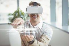 Glücklicher Mann in rührender Schnittstelle VR-Kopfhörers mit Aufflackern Stockfoto