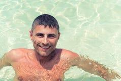 Glücklicher Mann in 40s, das im tropischen Wasser sich entspannt Lizenzfreie Stockfotografie