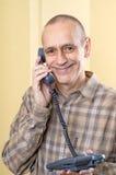 Glücklicher Mann am Telefon stockbilder