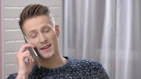 Glücklicher Mann am Telefon stock video
