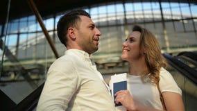 Glücklicher Mann-Umfassungslächelnde Frau beim Aufstellen auf Rolltreppe Frohe Liebhaber w?hrend des Reisekonzeptes Ausgaben-Flit stock video